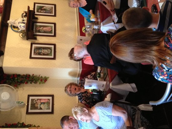 Lily's Victorian Tearooms & Restaurant: Sing a long