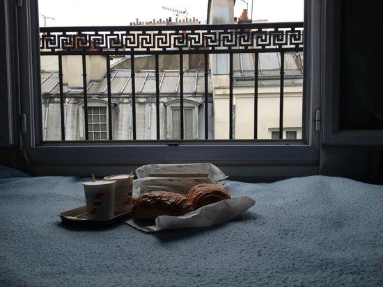 Hotel Clauzel: Завтрак в номере, круассаны купили в булочной по соседству.