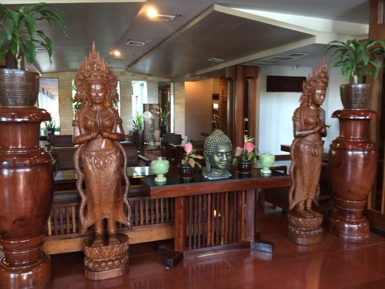 Royal Empire Hotel: The hand carved cherrywood figures classy, elegant.