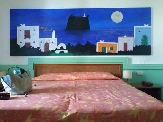 La Sirenetta-Park Hotel: Colori bellissimi, pareti verde tiffany e quadro blu notte di Strombolicchio sul mare