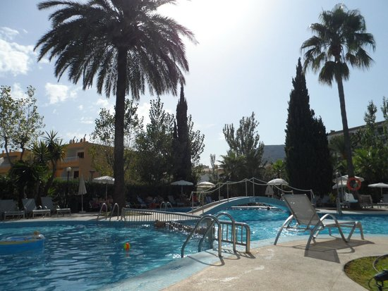 Hotel JS Sol de Alcudia: Pool area of the hotel