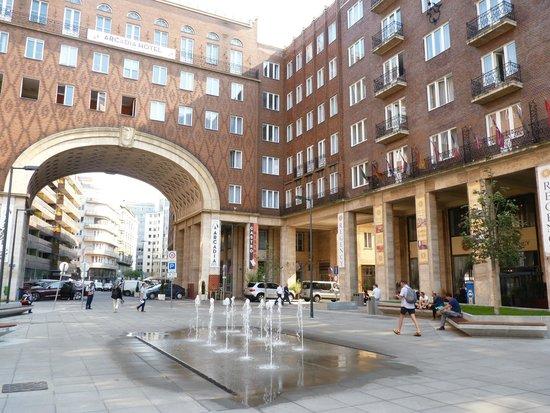 Regency Suites Hotel Budapest : Regency suites : place devant l'entrée