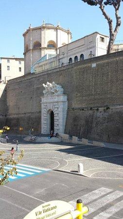 Hotel Alimandi Vaticano: Across the room