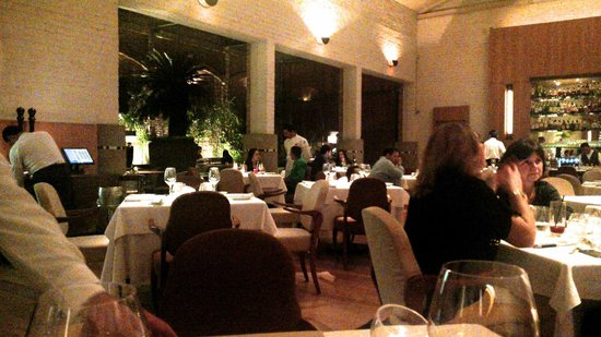 Cantaloup: Huge room with plenty of room between tables