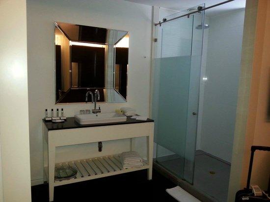 Leonardo Boutique Hotel Tel Aviv: the sink and shower