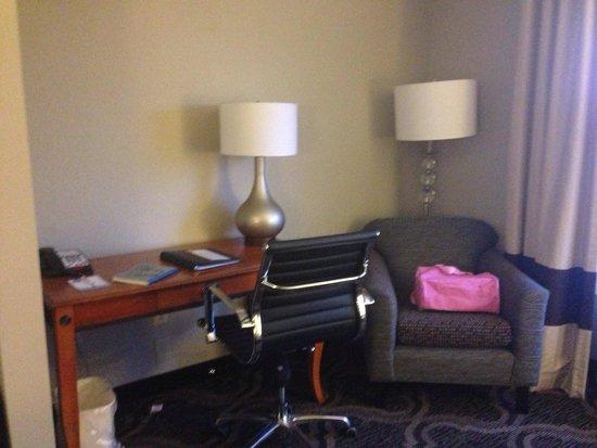 Comfort Suites: Desk area of suite
