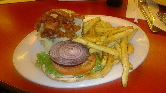 Artie's Delicatessen: Hamburger com provolone and bacon