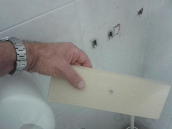 Hotel Caribe: Loose Panel with long screw