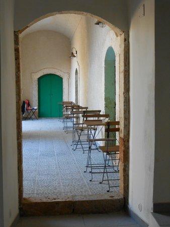 Baglio Siciliamo Country House: Il porticato sul cortile interno