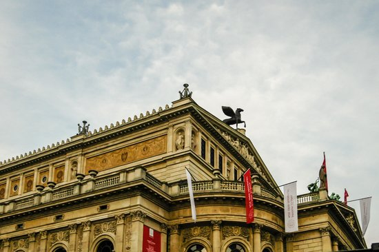 Alte Oper: Passing by on the Main Road