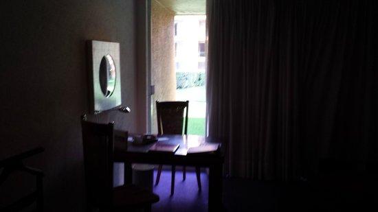 Camino Real Polanco Mexico: Vista da escrivaninha e janela em primeiro andar.