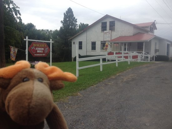 Penn Yan, NY: Inside this building is delicious cider & donuts!
