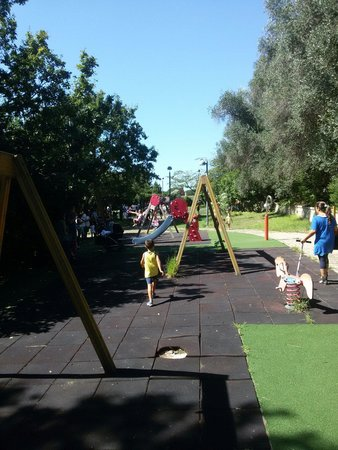 Parco Virgiliano : Area giochi bimbi piccoli un po' deturpata