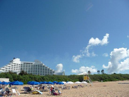 Maezato Beach : ビーチからANAインターコンチネンタルを見たところ