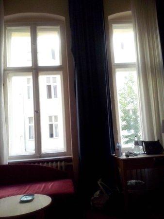 Novum Hotel Gates Berlin Charlottenburg : Encantadora habitación con vistas al patio berlinés