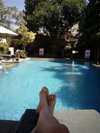 Puri Sading Hotel: Relaxing by the pool!