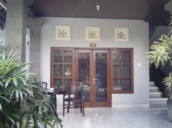 Puri Sading Hotel: Outside our room.