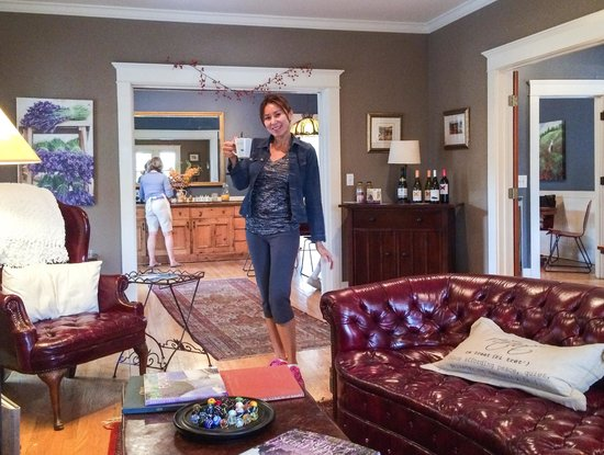 The Lavender Inn: Great interior decor and spacious living room area
