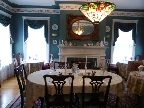 A B&B at The Edward Harris House Inn & Cottages: dining room is so elegant