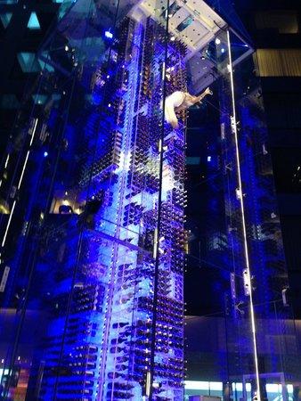 Radisson Blu Hotel, Zurich Airport: Weinbar mit Akrobatik