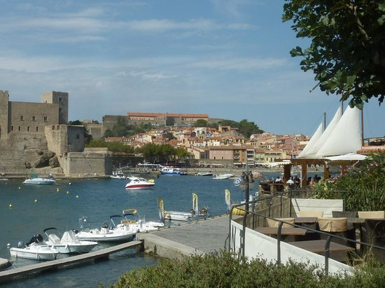 la voile : View of the restaurant and Collioure