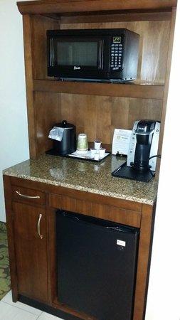 Hilton Garden Inn Olathe: Nice little food area