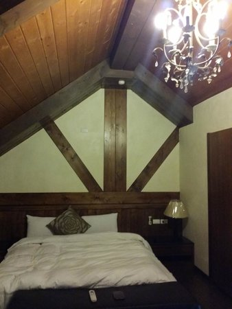 Maple Leaf Holiday Villa: Upper floor's bed. Attic