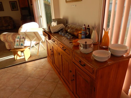 Albany View Street Lodge Bed & Breakfast : Breakfast selections in addition to a cooked brekkie!