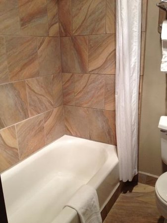 Best Western Weston Inn: Beautiful tile in tub area. Immaculate!