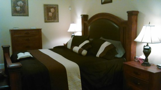 Lyons Cove Bed and Breakfast: Our kingsize bed - super comfortable