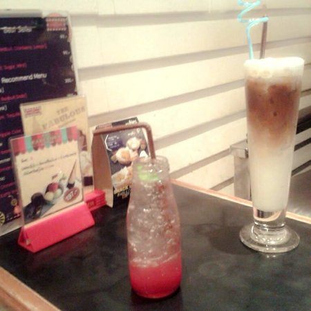 Thefabulousdessertcafe: สตอร์เบอรี่โซดา และคาร์ปูชิโน่เย็น