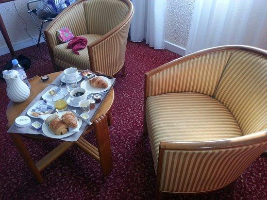 Mercure Ile de Nantes : Petit déjeuner dans le petit salon de la chambre