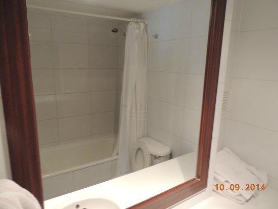 Plaza Suites Apartments: Banheiro, com banheira compacta