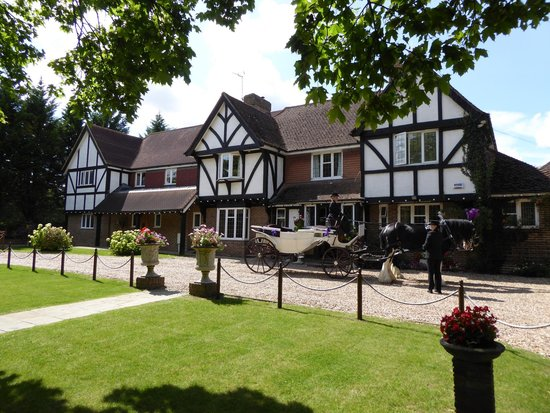 Little Silver Country Hotel: The front of The Little Silver with our Horse and Carriage supplied by Drayhorse Shires.