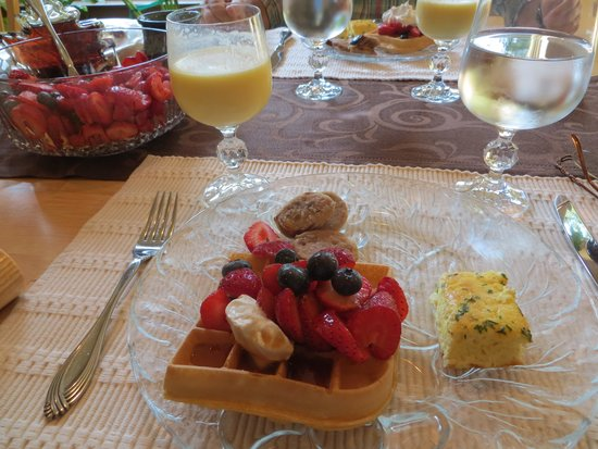 Lobenhaus Bed & Breakfast & Vineyard: Shari's magic - strawberries picked that morning, crustless quiche, fruit smoothies