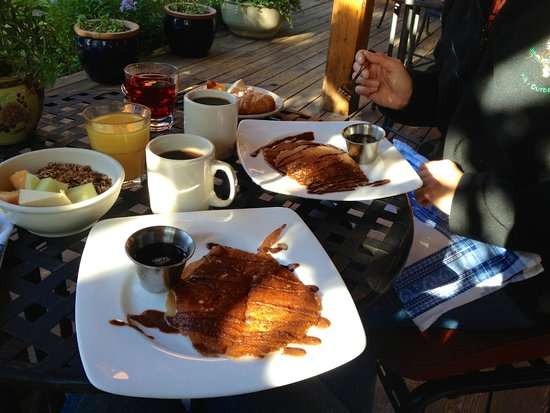 The Alpine House Lodge & Cottages : Breakfast on the patio