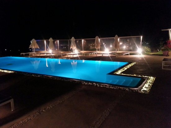 Naoussa Hills Boutique Resort : Pool by night