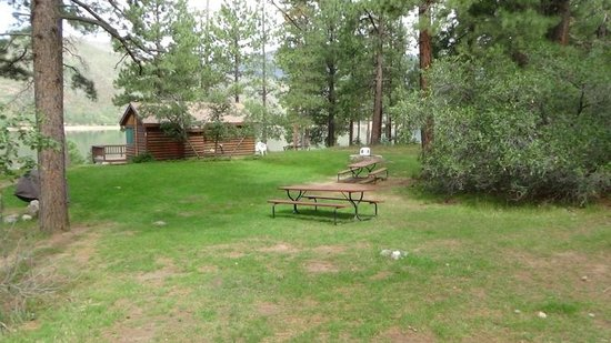 Elk Point Lodge & Cabins: Cabin 1 and Common Area