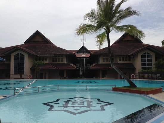 Comfort Hotel & Resort Tanjung Pinang: Kolam renang terletak di belakang hotel, bersih terpelihara tetapi tandus dan panas