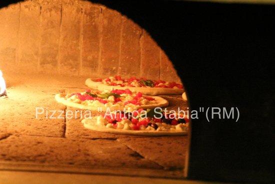 Pizzeria Antica Stabia: Il forno ??? rigorosamente a legna....legna selezionata e controllata