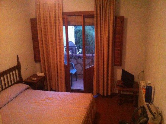 Eenvoudige kamer met 39 cama matremonia 39 wc douche klein bad en flatscreen tv landelijk uitzicht - Kamer klein bad ...