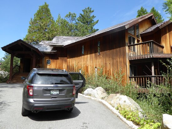 Yosemites Four Seasons: Outside of Four Season Lodge