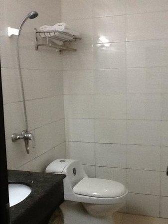 Wajiang Hostel Guilin Railway Station : la douche/wc/lavabo
