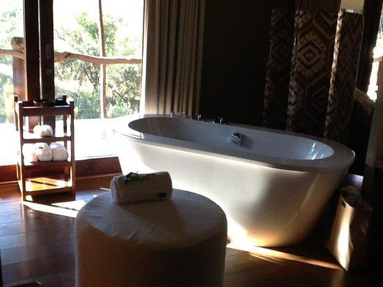 Kapama Buffalo Camp : banheira no meio do quarto