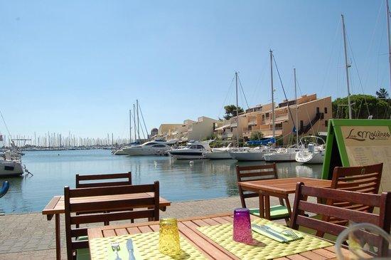 Les Molières : La terrasse, vue sur le port.