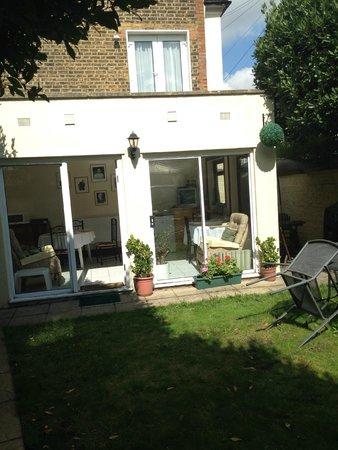 The Lavender Guest House: Garden area