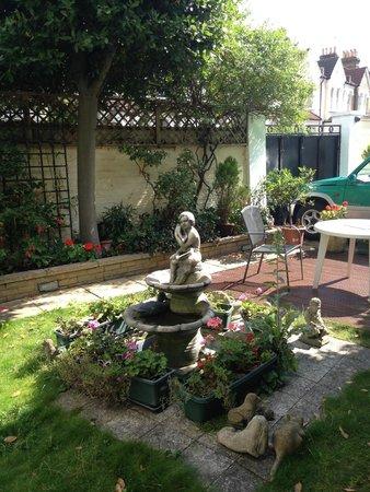 The Lavender Guest House : Garden area