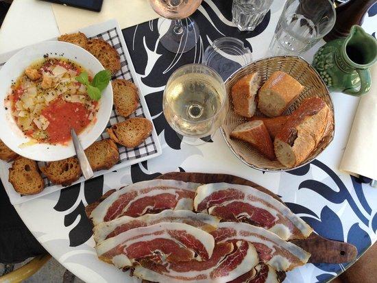 Cafe de la Fontaine: cold tomato soup, ham, wine, bread