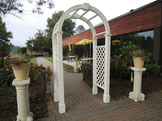Best Western Inn at Hunt's Landing : Outdoor seating area
