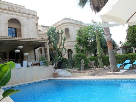 Hotel Sant Salvador: a lovely pool and garden